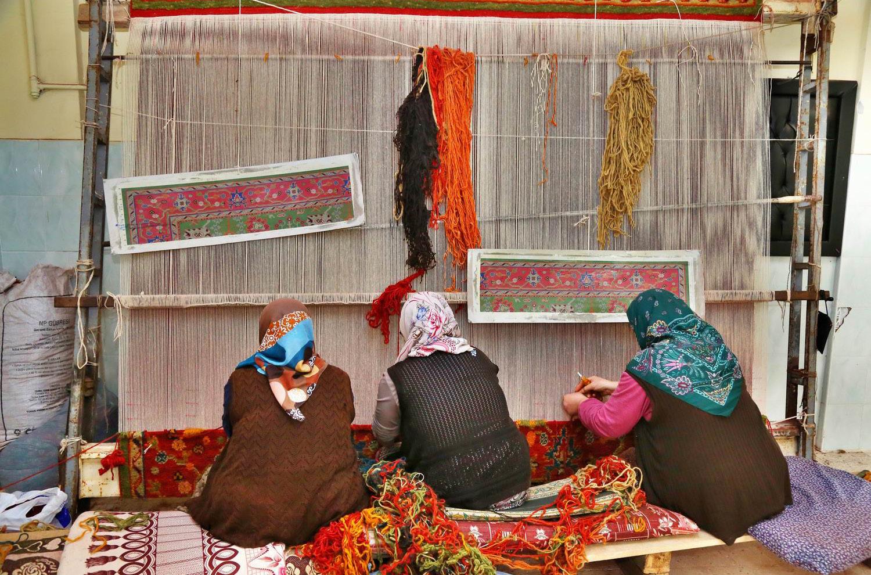 زنان هنرمند ایرانی، درحال بافت فرش دستباف